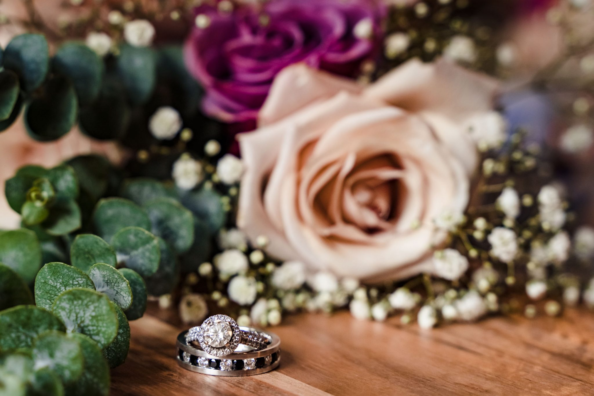 Bride and groom's rings with the bouquet